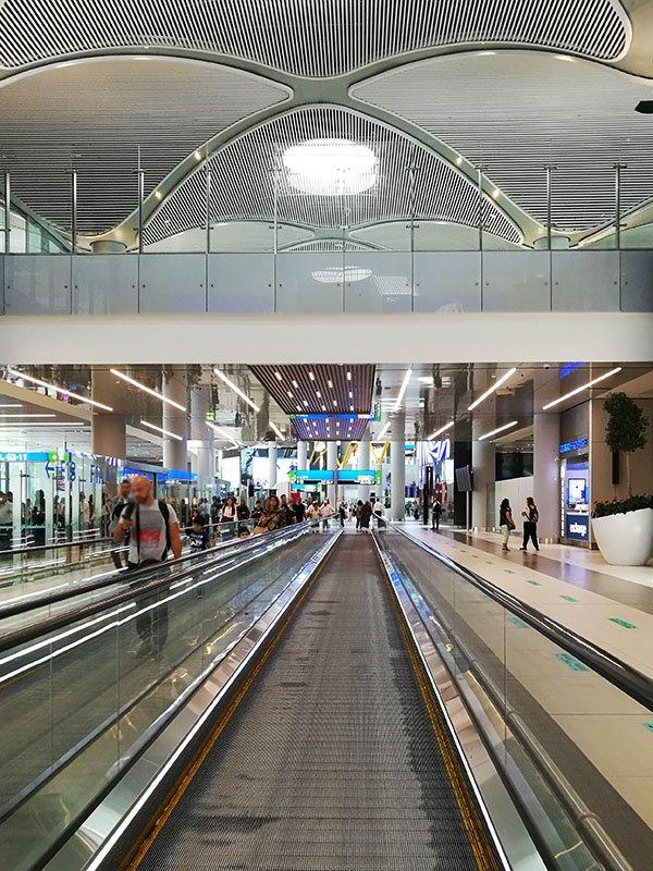 Istanbul Airport jest ogromny i trzeba co najmniej dwie godziny do przesyłania throuh lotniska
