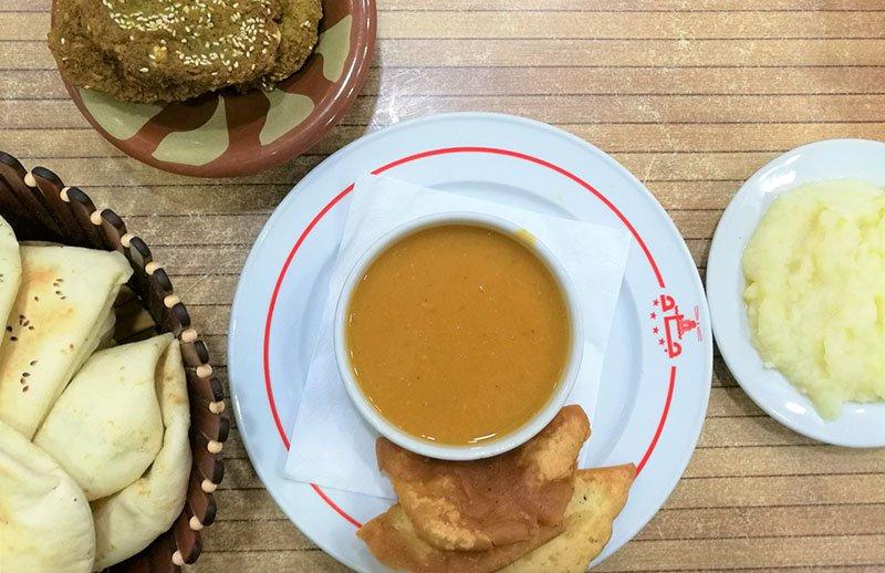Brood, falafel, linzensoep en aardappelpuree van GAD restaurant.