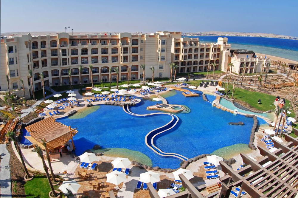 Tropitel Sahl Hasheesh has a huge swimming pool.